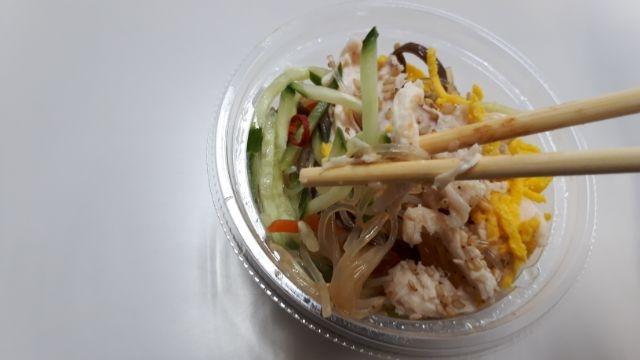 セブンイレブン蒸し鶏と胡麻のさっぱり春雨サラダ