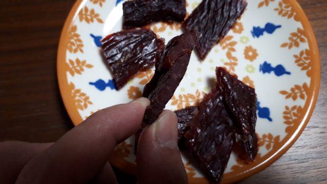 セブンイレブン肉の厚さにこだわった厚切りビーフジャーキー