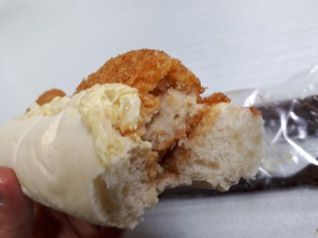 大きな白いロールパン(コロッケ)